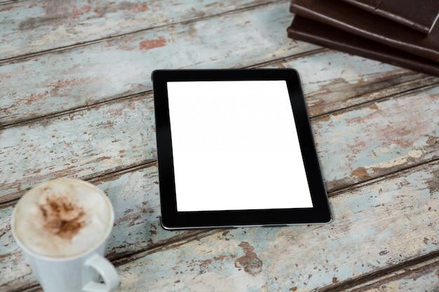 Digitales tablet mit tasse kaffee