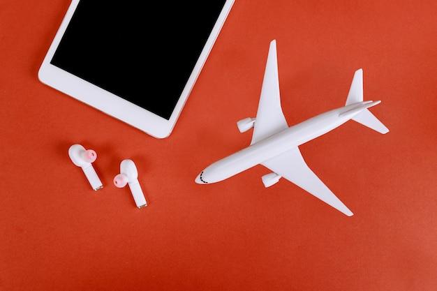 Digitales tablet und kopfhörer in einem modellflugzeug, flugzeug