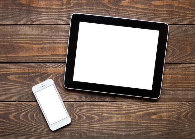 Digitales tablet und telefon im hintergrund