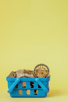 Digitales zahlungskonzept der kryptowährung, verschiedene der physischen digitalen kryptogeldmünzen silber und gold im einkaufskorb