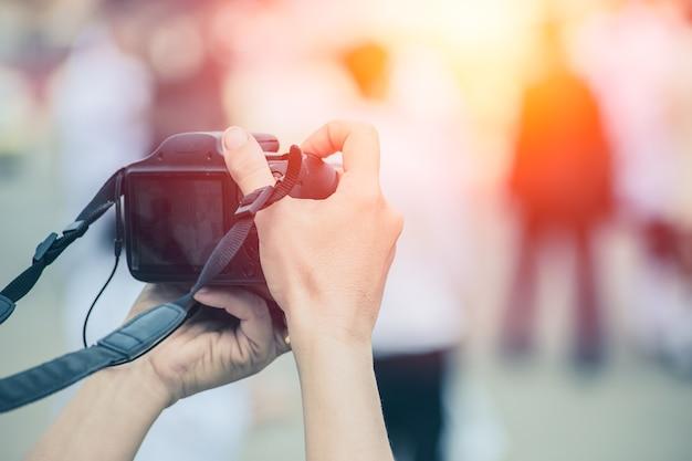 Digitalkamera dslr-like unter verwendung der hinteren lcd-schirmphotographie-touristenhandholding