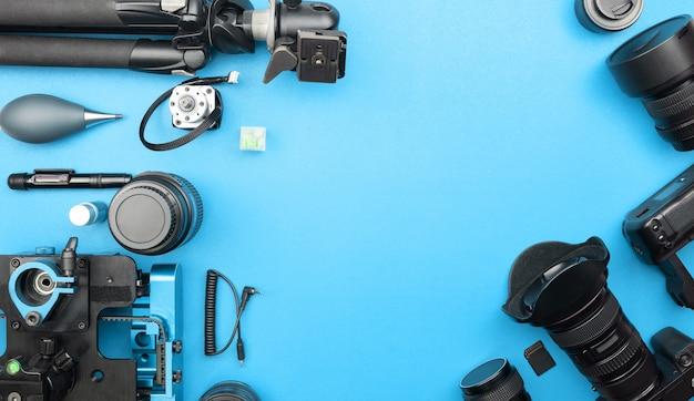 Digitalkamera mit objektiven und ausrüstung des berufsfotografen