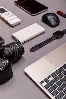 Digitalkamera, usb mit externer festplatte oder akku und ausrüstung des professionellen fotografen auf grauem papier