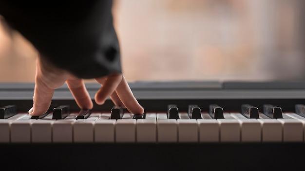 Digitalpiano-konzept spielen