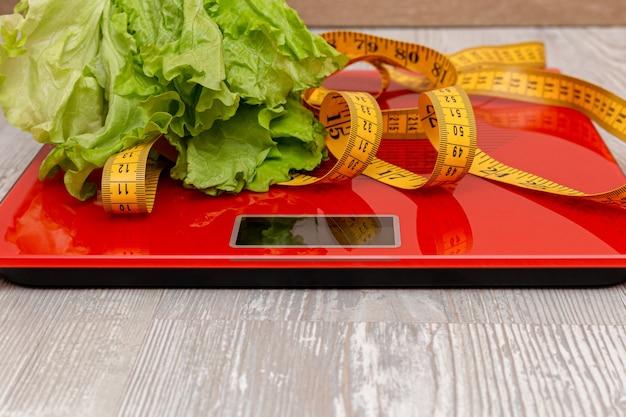 Digitalwaage mit maßband und salat