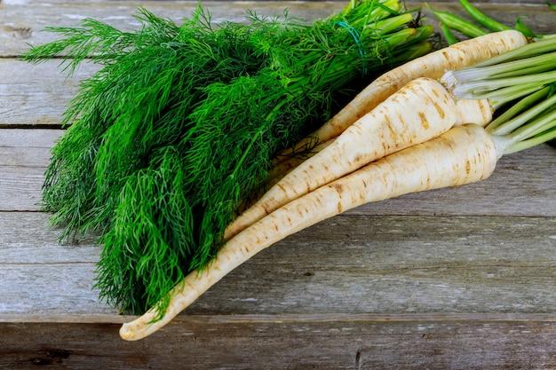 Dill und petersilie. grüner frischer petersilie-karotten-dill