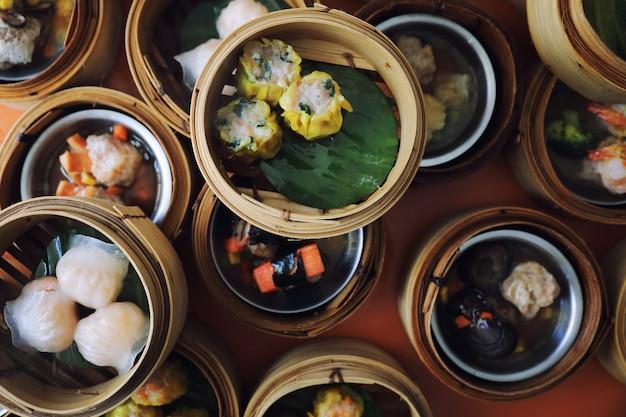 Dim sum auf hölzernem korb, draufsicht des chinesischen lebensmittels
