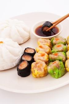Dim sum chinesische gedämpfte schweinefleisch-garnelen-knödel und gedämpfte brötchen