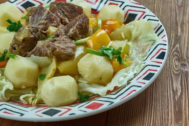 Dimlama - türkischer eintopf mit verschiedenen kombinationen von fleisch, kartoffeln, zwiebeln, gemüse und manchmal obst.