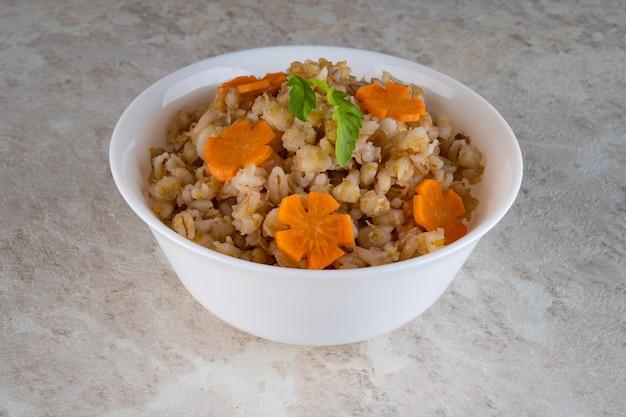 Dinkelgrieß in getreide ist ein natürliches nahrungsprodukt und sorgt für eine gesunde ernährung.