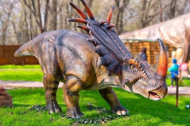 Dinosaurier-triceratops im wald