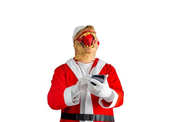 Dinosaurier verkleidet als weihnachtsmann, der eine nachricht mit einem handy schreibt.