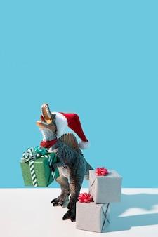 Dinosaurierspielzeug mit weihnachtsmütze