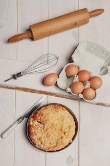 Direkt über dem kuchenapfel auf dem holzschreibtisch
