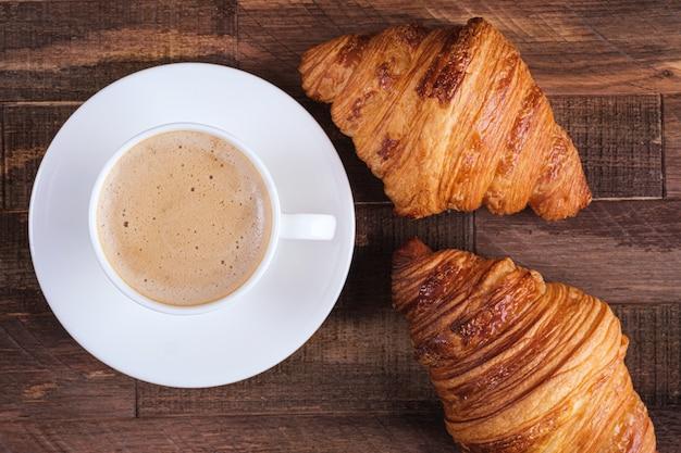 Direkt über der kappe kaffee cappuccino und zwei croissants