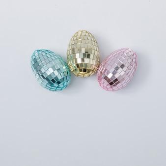 Disco ball ostereier in den pastellfarben rosa, blau und gold