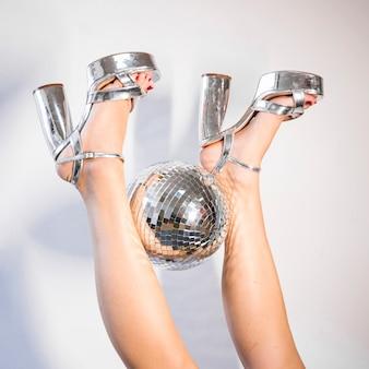 Disco-komposition aus beinen und ball