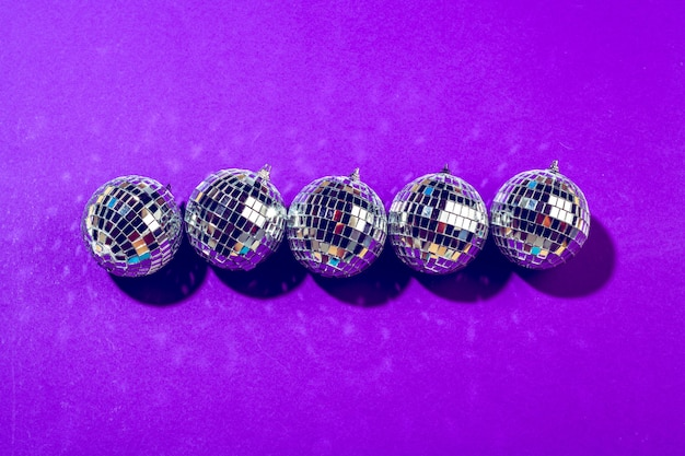 Discokugel glänzt auf purpurrotem abschluss oben