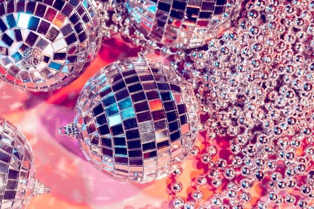 Discokugelflitter auf rosa farbe. party-konzept
