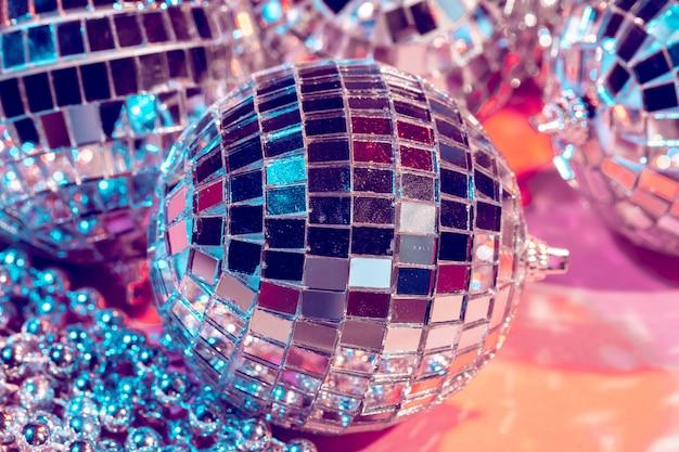 Discokugelflitter auf rosa hintergrund. party-konzept