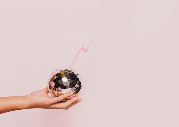 Discokugelglas mit rosa hintergrund