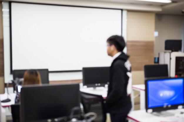 Disfocus des geschäftsmannes, softwareentwickler, der an computer im modernen büro arbeitet