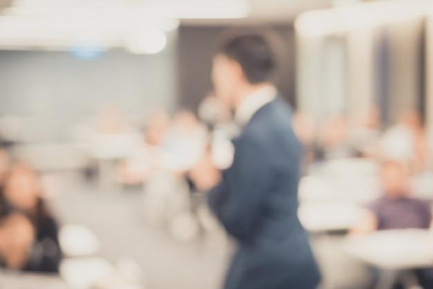 Disfocus des redners, der auf corporate business conference spricht.