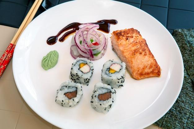 Dish mit abwechslungsreichen japanischen und peruanischen speisen