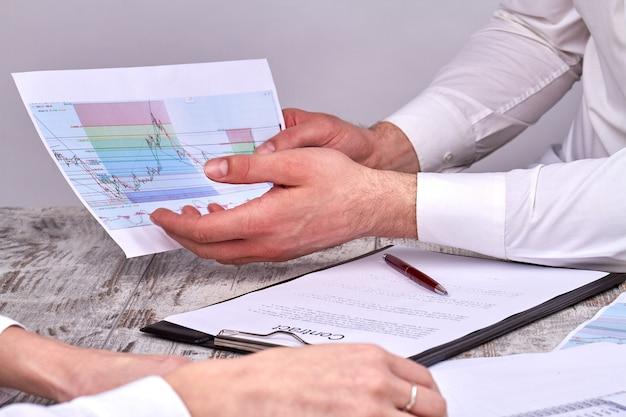 Diskussion von statistikdiagrammen vor vertragsunterzeichnung