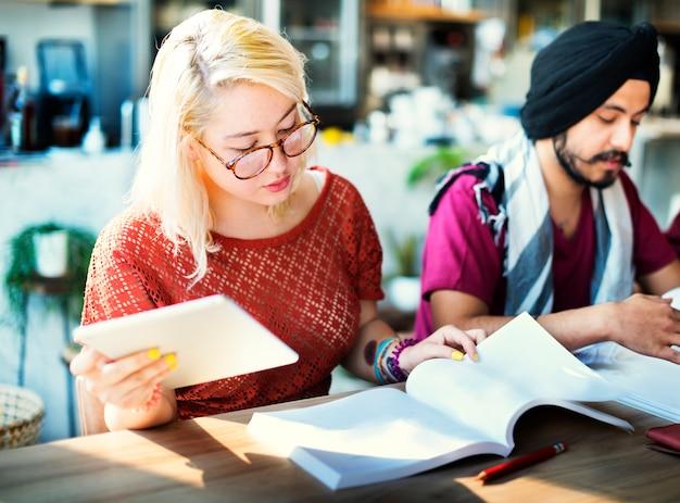 Diskussions-brainstorming-café-zufälliges konzept analysieren