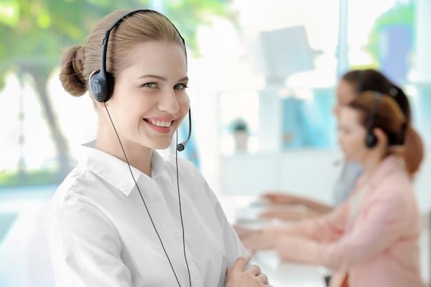 Dispatcher der jungen weiblichen technischen unterstützung, die im büro arbeitet