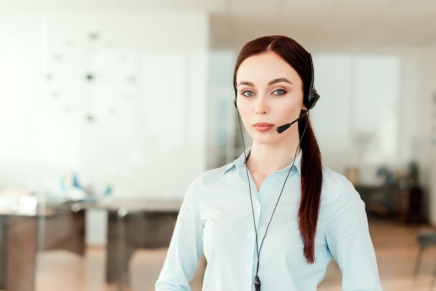 Dispatcher im büro, der geschäftliche anrufe über kopfhörer entgegennimmt