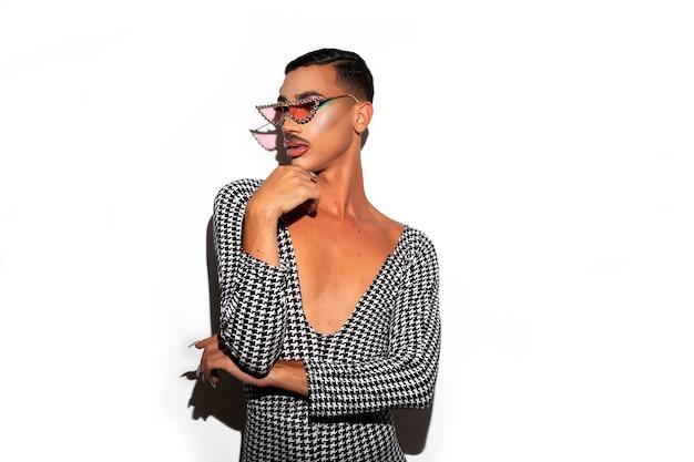 Diva drag queen posiert in glitzernacht auf weißem hintergrund