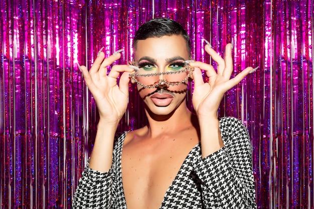 Diva no binary posiert in der glitzernacht