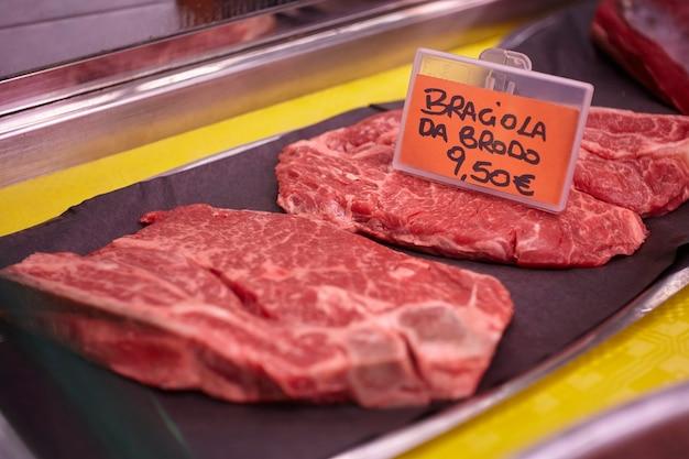 Diverse fleischstücke in der kühltheke der metzgerei ausgesetzt