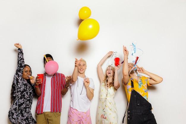 Diverse freunde, die auf einer party feiern