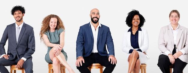 Diverse geschäftsleute, die beim sitzen lächeln, jobs und karrierekampagne Kostenlose Fotos