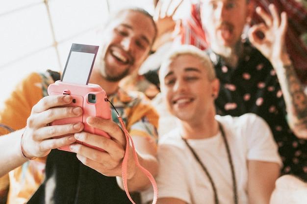 Diverse gruppe von freunden, die auf einer party ein selfie machen
