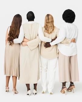 Diverse gruppe von menschen, die ein erdfarbenes freizeitoutfit für die bekleidungswerbung tragen