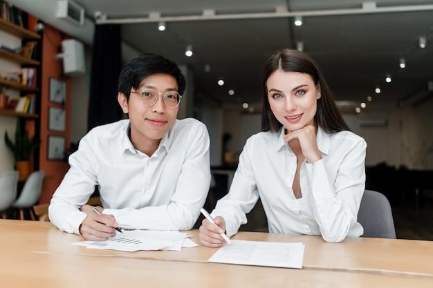 Diverse junge leute arbeiten im büro