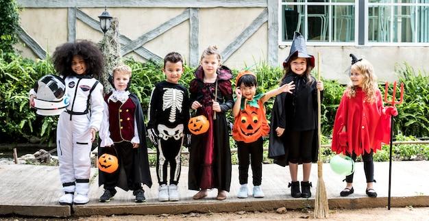 Diverse kinder in halloween-kostümen