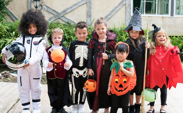 Diverse kinder in halloween-kostümen