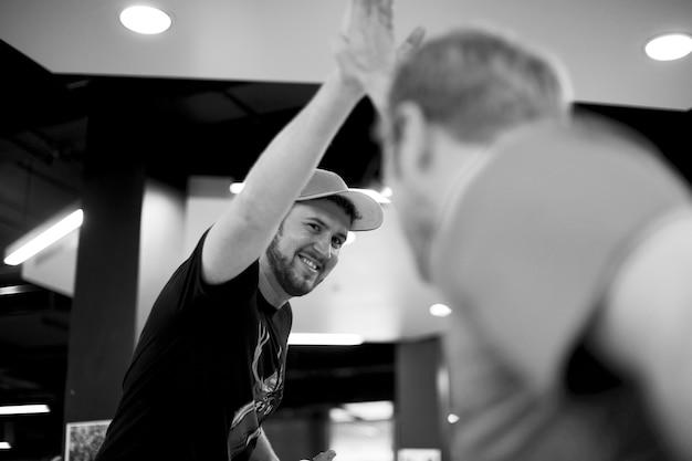 Diverse kollegen mit high five