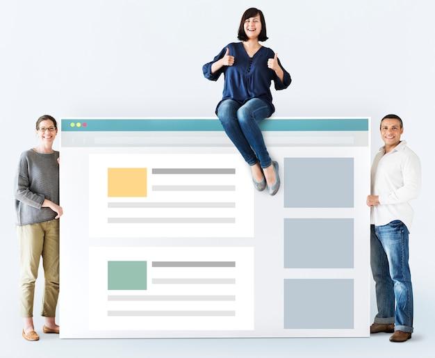 Diverse leute mit internet-browser-modell