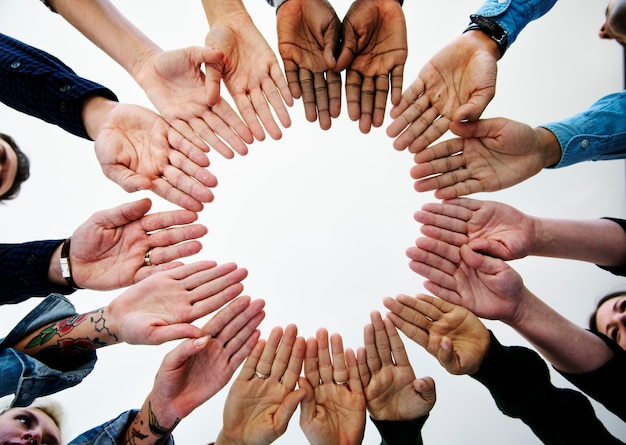Diverse menschen bringen partnerschaft zusammen