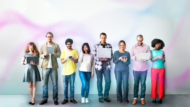 Diverse menschen, die digitale geräte verwenden