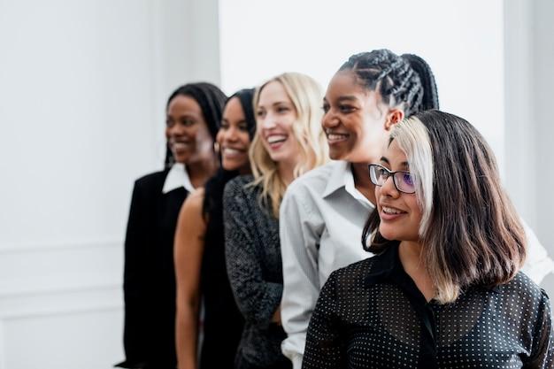 Diverse selbstbewusste geschäftsfrauen stehen zusammen