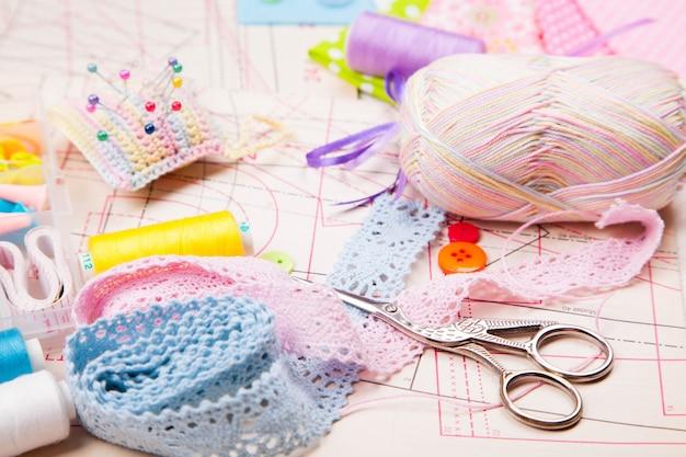 Diverses zubehör zum nähen, handarbeiten. schere, fäden, nadeln, stifte, stoff, muster, knopf, spitze