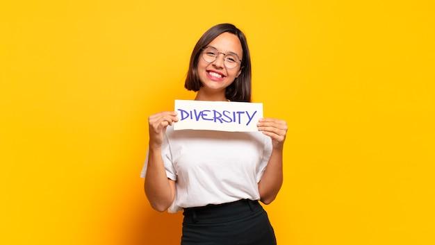 Diversity-konzept der jungen hübschen frau