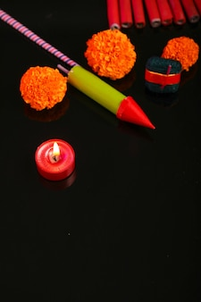 Diwali diya mit feuerwerkskörpern